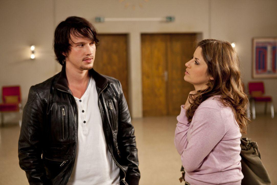 Helena muss notgedrungen ihre Pläne gegen Bea (Vanessa Jung, r.) ändern, als sie feststellt, dass sich Ben (Christopher Kohn, l.) von ihr nicht so... - Bildquelle: SAT.1