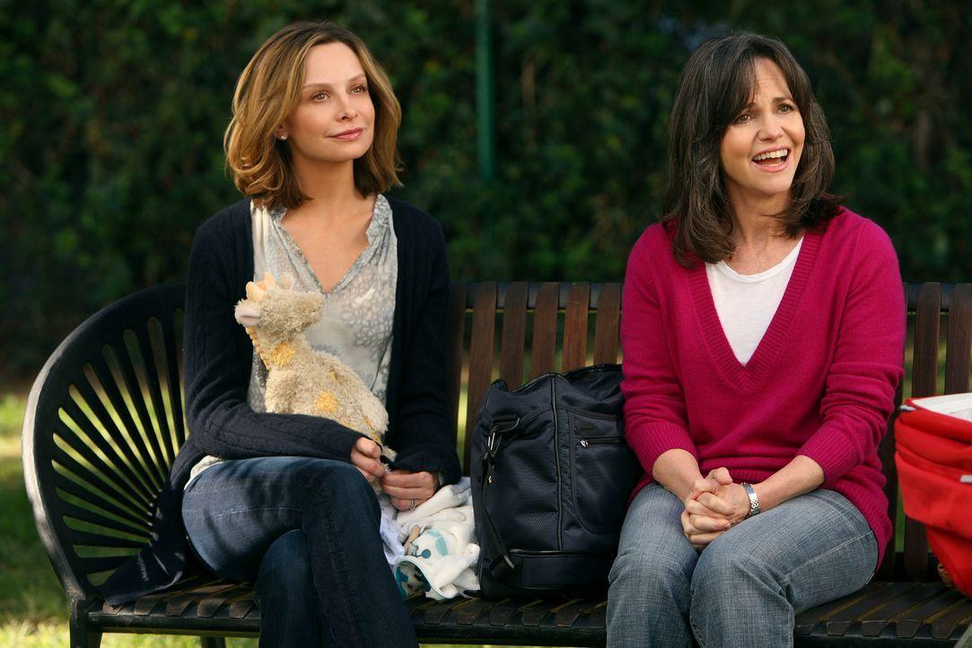 Männerprobleme: Kitty (Calista Flockhart, l.) entfernt sich immer weiter von Robert, während sich Nora (Sally Field, r.) Roger annähert ... - Bildquelle: 2008 ABC INC.