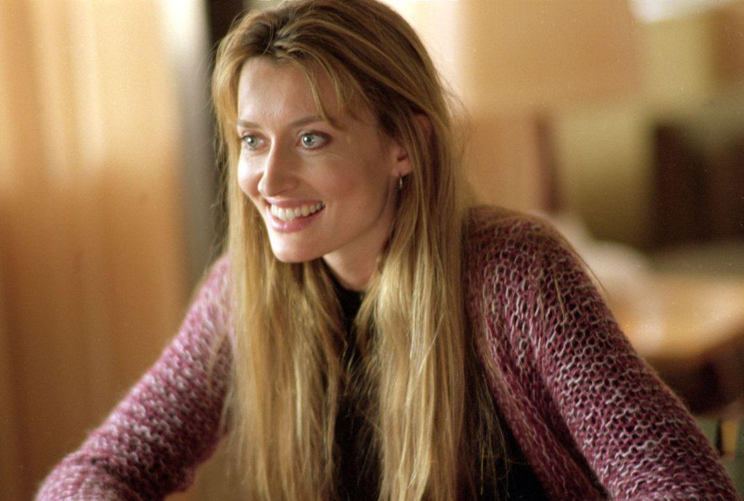 Die attraktive Sara (Natascha McElhone) bringt das Leben ihres neuen Kollegen gehörig durcheinander. - Bildquelle: Sony Pictures Television International. All Rights Reserved.