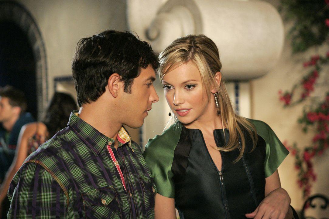 Nun hat Ella (Katie Cassidy, r.) endlich bekommen was sie wollte: Jonah (Michael Rady, l.) - doch um welchen Preis? - Bildquelle: 2009 The CW Network, LLC. All rights reserved.