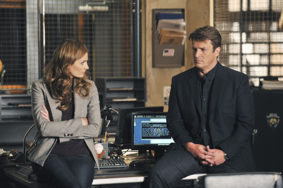 Castle (Nathan Fillion, r.) macht sich Sorgen um seine Tochter Alexis, weil er sie auf dem Handy nicht erreichen kann. Kate (Stana Katic, l.) versuc... - Bildquelle: 2013 American Broadcasting Companies, Inc. All rights reserved.