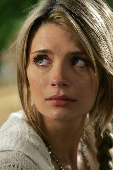 Marissa (Mischa Barton) sitzt traurig im Diner, als Summer und Seth dazukommen um ihr gute Neuigkeiten zu erzählen ... - Bildquelle: Warner Bros. Television