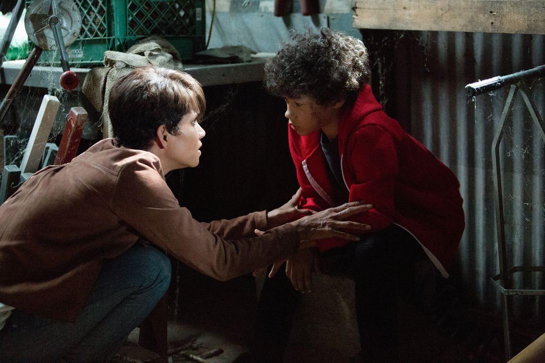 Zum allerersten Mal trifft Molly (Halle Berry, l.) auf ihren Sohn (Shannon Merrill Brown, r.) ... - Bildquelle: Cliff Lipson 2014 CBS Broadcasting, Inc. All Rights Reserved