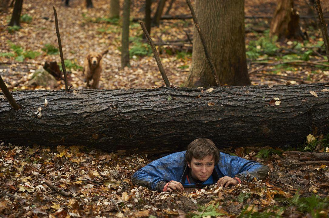 Während der Teenager Sam (Dylan Authors) im Wald von einem Baum eingeklemmt wird, glaubt Zach, dass er Prostatakrebs hat ... - Bildquelle: Ken Woroner 2014 Hope Zee Three Inc.