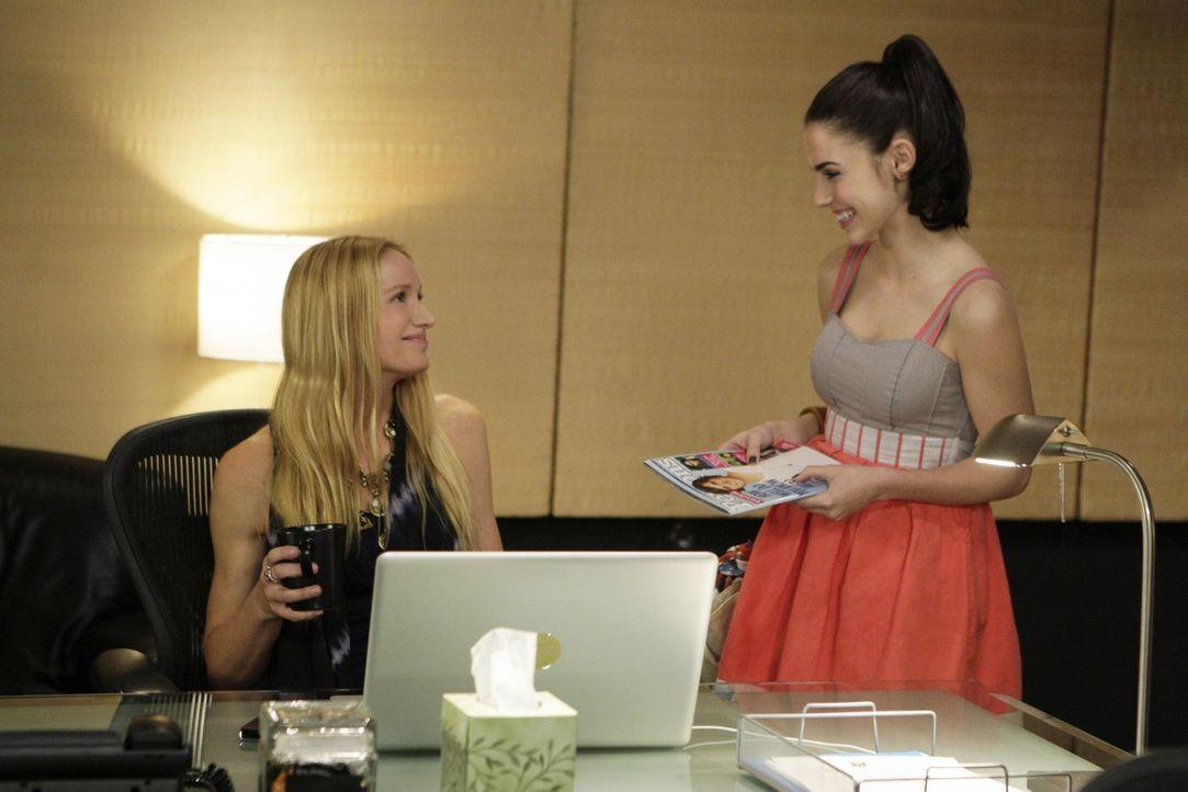 Ein Duett mit Javier?! Adrianna (Jessica Lowndes, r.) findet Laurels (Kelly Lynch, l.) Idee klasse - Navid ist da ganz anderer Meinung... - Bildquelle: TM &   CBS Studios Inc. All Rights Reserved