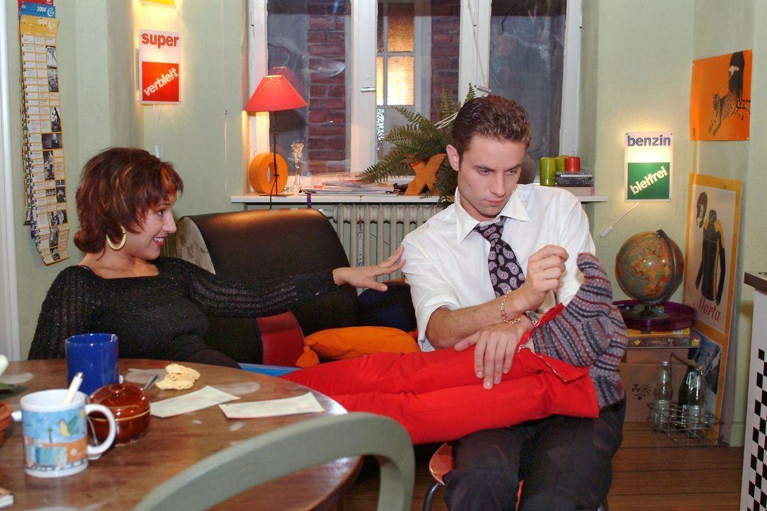 Yvonne (Bärbel Schleker, l.) behagt der gemütliche Abend daheim mehr als Max (Alexander Sternberg, r.). - Bildquelle: Monika Schürle Sat.1
