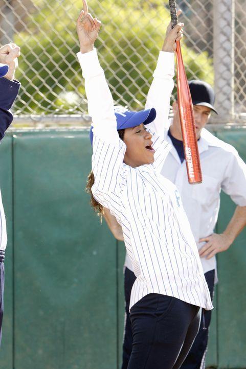 Beim alljährlichen Softballspiel gibt Kat Miller (Tracie Thoms) alles! - Bildquelle: Warner Bros. Television
