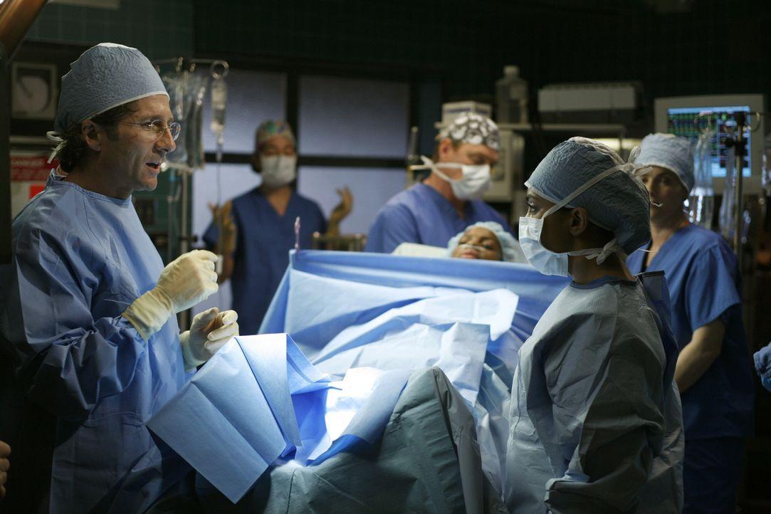 Stehen vor einer schwierigen Operation: Dr. Dubenko (Leland Orser, l.) und Dr. Neela Rasgotra (Parminder Nagra, r.) ... - Bildquelle: Warner Bros. Television