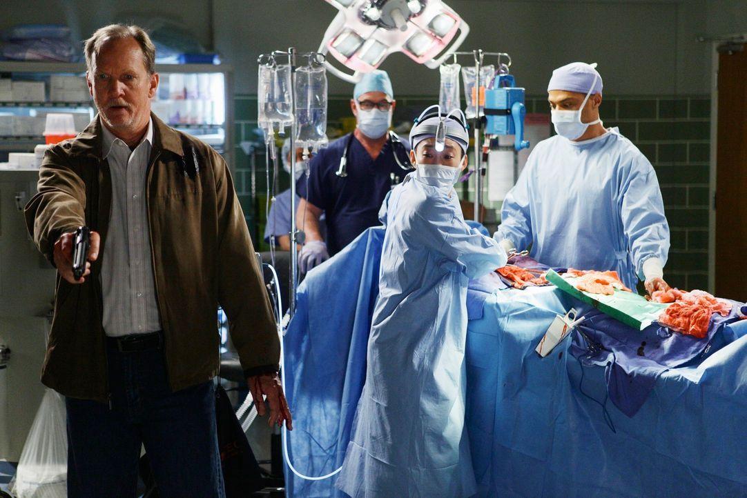 Die Tragödie geht weiter: Gary Clark (Michael O'Neill, l.), Cristina (Sandra Oh, 2.v.r.) und Jackson (Jesse Williams, r.) ... - Bildquelle: Touchstone Television