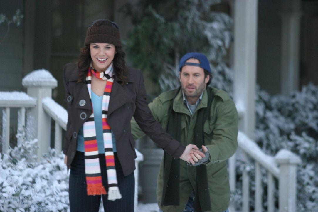 Eigentlich schweben Luke (Scott Patterson, r.) und Lorelai (Lauren Graham, l.) auf Wolke Sieben, doch dann drängt sich ein Geheimnis zwischen die zw... - Bildquelle: 2004 Warner Bros.