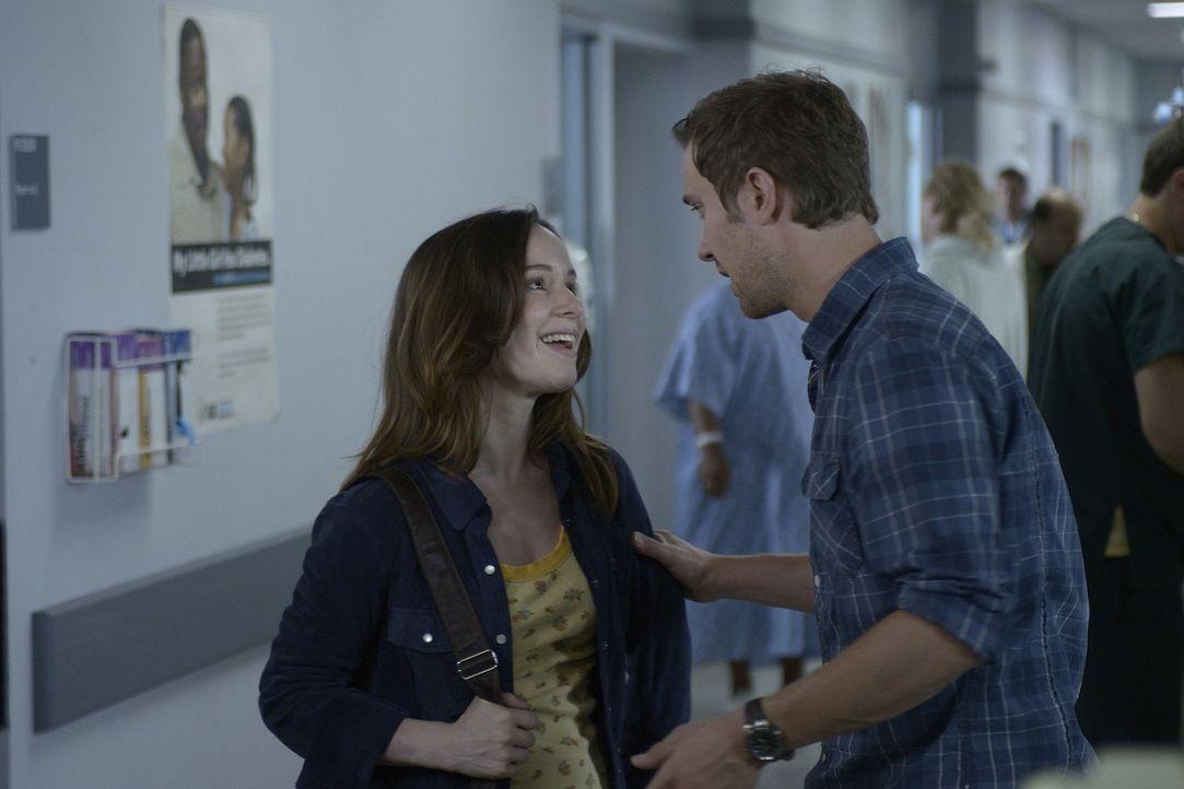 Josh (Sam Huntington, r.) erneuert seine Verbindung zu Emily (Alison Louder, l.), während Aidans Nachschub an Blut in Gefahr gerät ... - Bildquelle: Phillipe Bosse 2013 B.H. 2 Productions (Muse) Inc. ALL RIGHTS RESERVED.