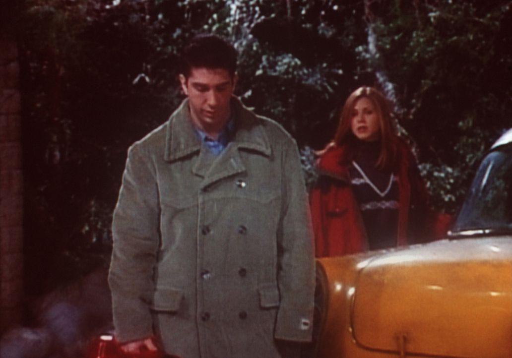 Ross (David Schwimmer, L.) darf seinen Freunden zwar aus der Patsche helfen, aber mehr erlaubt Rachel (Jennifer Aniston, r.) nicht. - Bildquelle: TM+  2000 WARNER BROS.