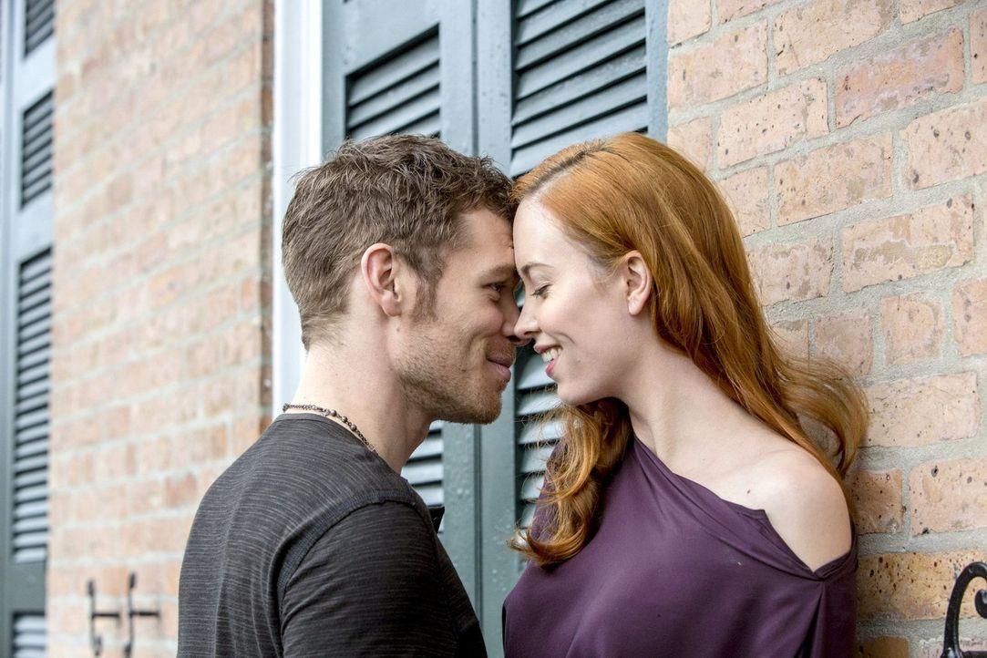 Genevieve (Elyse Levesque, r.) möchte Klaus (Joseph Morgan, l.) ganz für sich alleine, doch wie lange wird das gut gehen? - Bildquelle: Warner Bros. Television