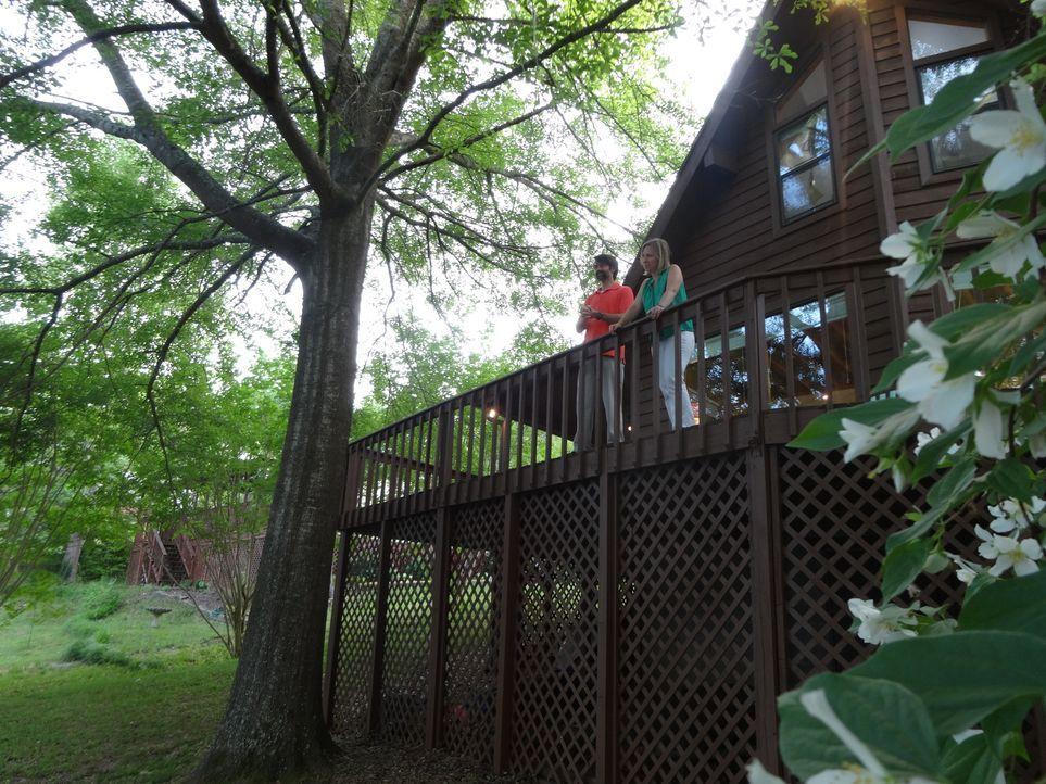 Joseph (l.) und Leslie (r.) genießen die Aussicht von Rocky Shores. Doch werden sie sich für diese Immobilie entscheiden? - Bildquelle: 2015,HGTV/Scripps Networks, LLC. All Rights Reserved
