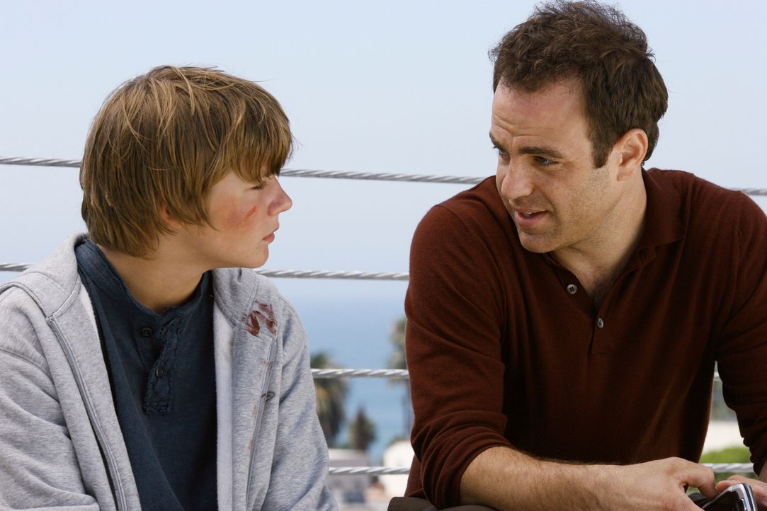 Cooper (Paul Adelstein, r.) findet er heraus, dass Michael (Miles Heizer, l.) sich in Brian, einen Mitschüler, verliebt hat. Cooper ist verwundert,... - Bildquelle: 2007 American Broadcasting Companies, Inc. All rights reserved.