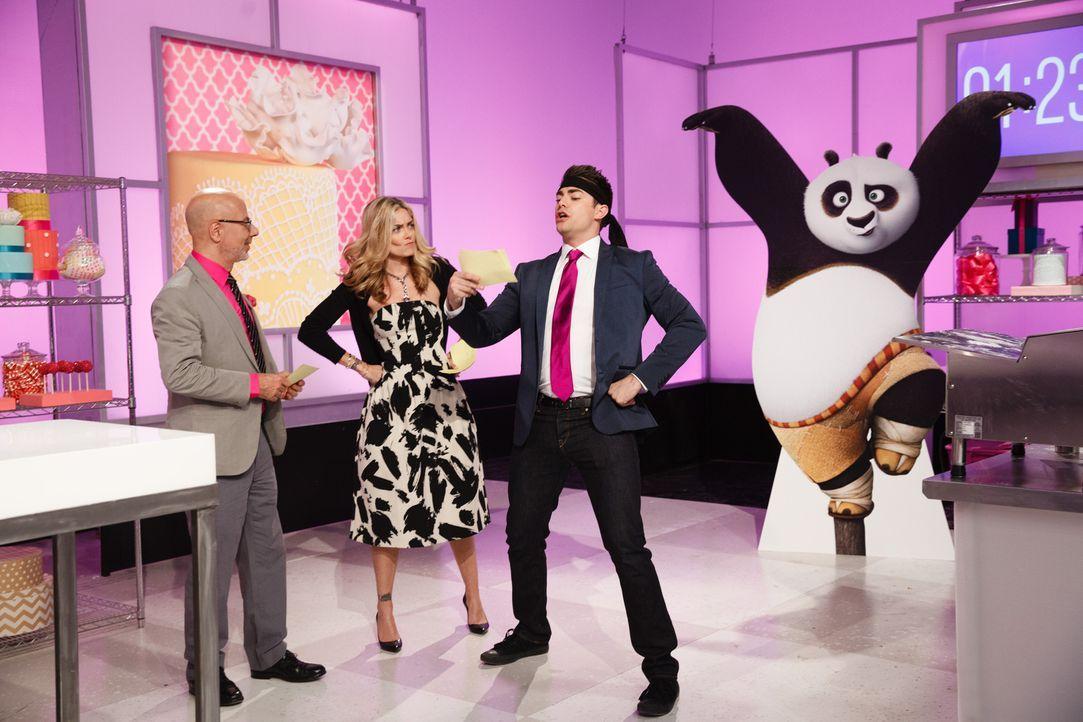 """Moderator Jonathan Bennett (r.) ist begeistert von dem Motto """"Kung Fu Panda"""" und freut sich gemeinsam mit Ron Ben-Israel (l.) und Waylynn Lucas (M.)... - Bildquelle: Emile Wamsteker 2016,Television Food Network, G.P. All Rights Reserved"""