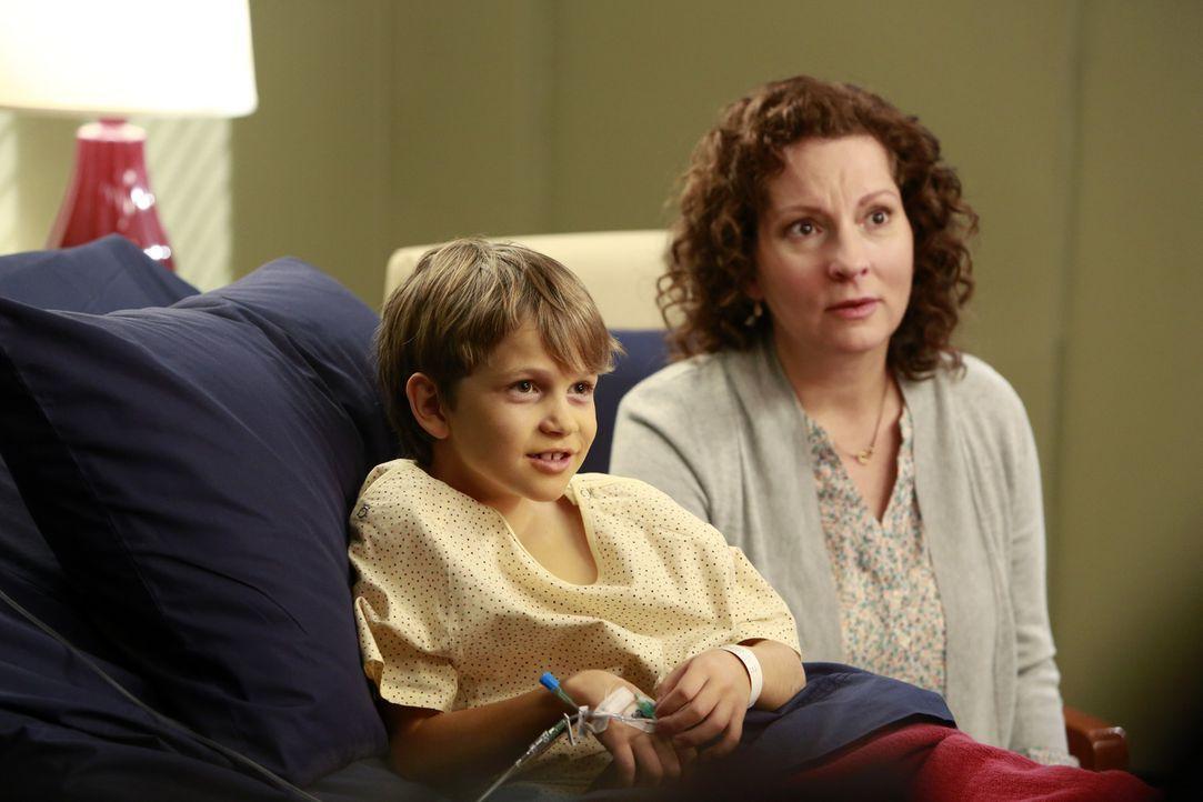 Kim Cole (Lisa Joffrey, r.) macht sich Sorgen um ihren Sohn Jared (Gabriel Bateman, l.). Doch können die Ärzte ihm helfen? - Bildquelle: ABC Studios