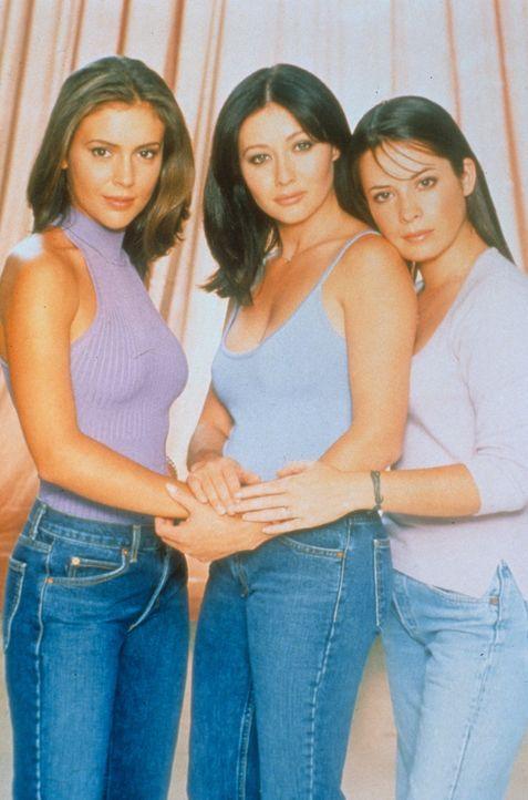 (2. Staffel) - Die drei Hexen sind unschlagbar: Prue (Shannen Doherty, M.), Piper (Holly Marie Combs, r.)  und Phoebe (Alyssa Milano, l.) ... - Bildquelle: Paramount Pictures