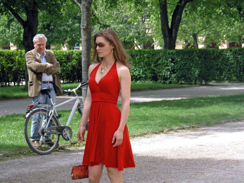 Katharina (Cordelia Wege) hat es satt, wegen ihrer burschikosen Art von den Männern immer nur dumme Sprüche zu hören. Gedresst in ein schickes Kl... - Bildquelle: Sat.1