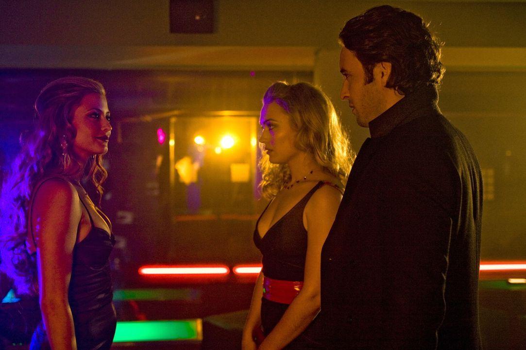 Ein ungleiches Trio: Das Model Lola (Holly Valance, l.), die Reporterin Beth (Sophia Myles, M.) und der Vampir Mick (Alex O'Loughlin, r.). Dennoch v... - Bildquelle: Warner Brothers