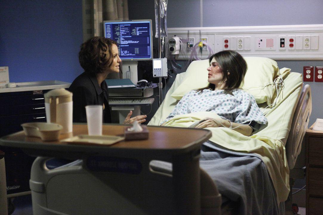 Joanna Gibson (Betsy Brandt, r.), die Violet (Amy Brenneman, l.) vor einem halben Jahr am Flughafen kennengelernt hat, kommt verletzt in die Praxis.... - Bildquelle: ABC Studios
