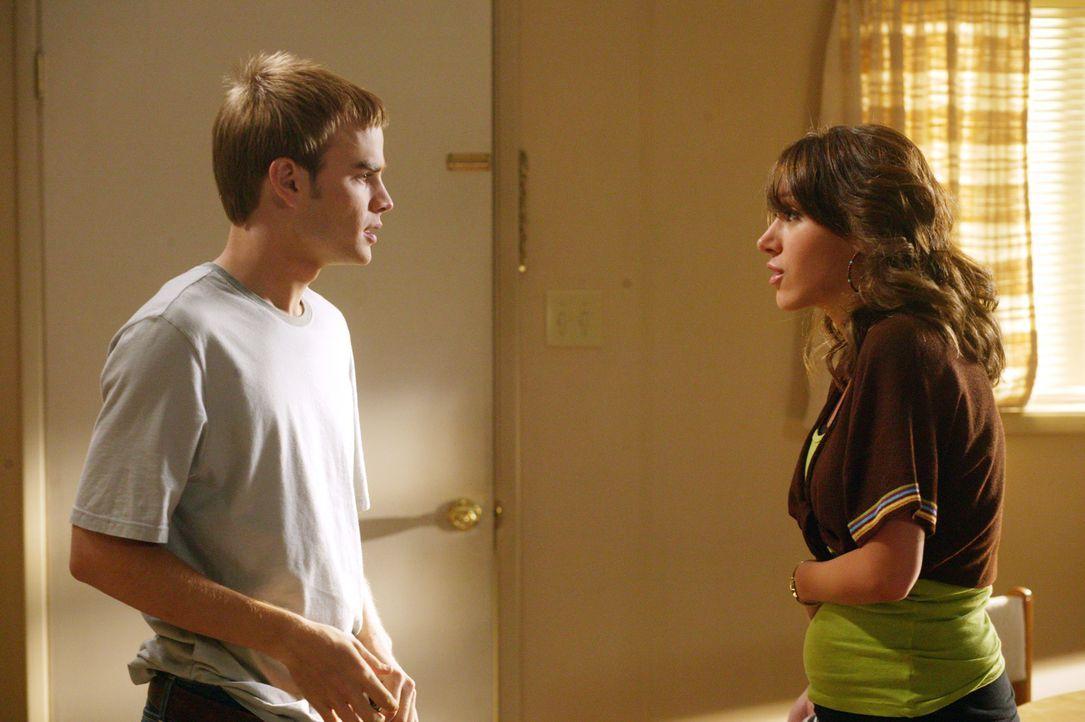 Plötzlich setzen bei Sandy (Haylie Duff, r.) die vermeintlichen Wehen ein und sie bittet Simon (David Gallagher, l.), sie ins Krankenhaus zu fahren... - Bildquelle: The WB Television Network