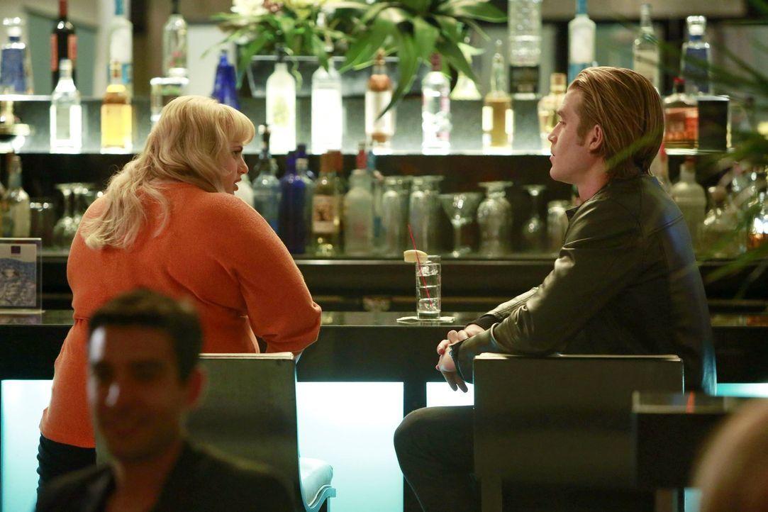 Liebeslöwin Kimmie (Rebel Wilson, l.) schmeißt sich an der Hotelbar an einen äußerst heißen Kerl (Clint Brink, r.) ran und bekommt einen fetten Korb... - Bildquelle: Warner Brothers