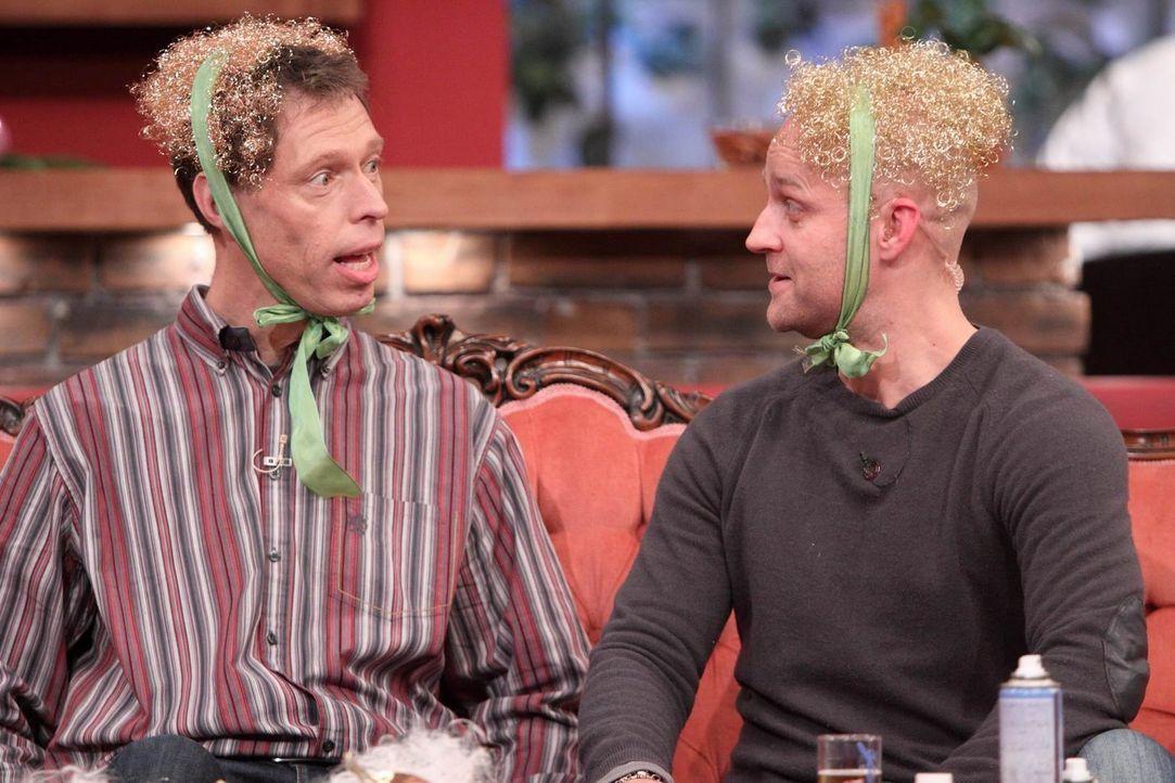 Basteln für Weihnachten: Maddin (l.) und Jürgen (r.) ... - Bildquelle: Frank Hempel SAT.1