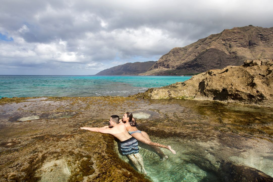Atemberaubend: Leihaaheo (l.) und Maikalani (r.) genießen den Ausblick am wunderschönen Makua Beach im Kaena Point State Park auf Hawaii. Oft trifft... - Bildquelle: 2017, The Travel Channel, L.L.C. All Rights Reserved.