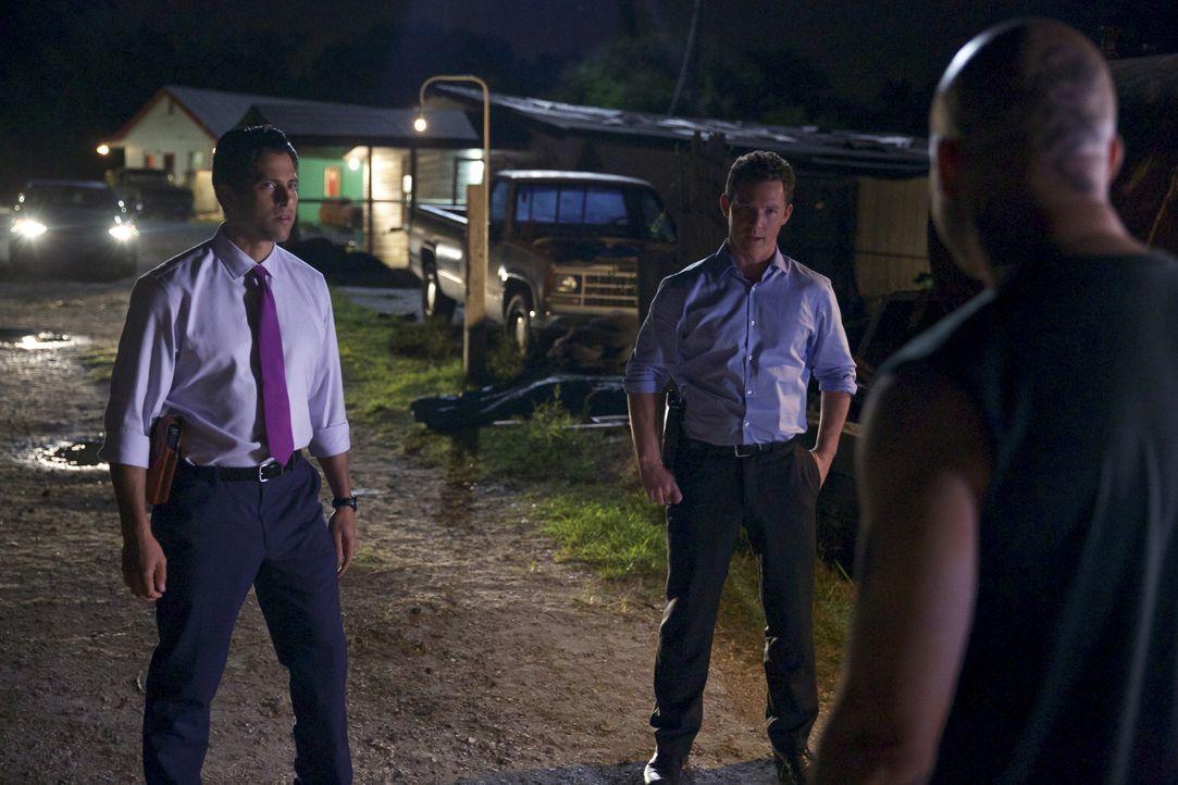 Was haben Terry (Shawn Hatosy, r.) und Preston (Adam Rodriguez, l.) nur vor? - Bildquelle: 2013 CBS BROADCASTING INC. ALL RIGHTS RESERVED.