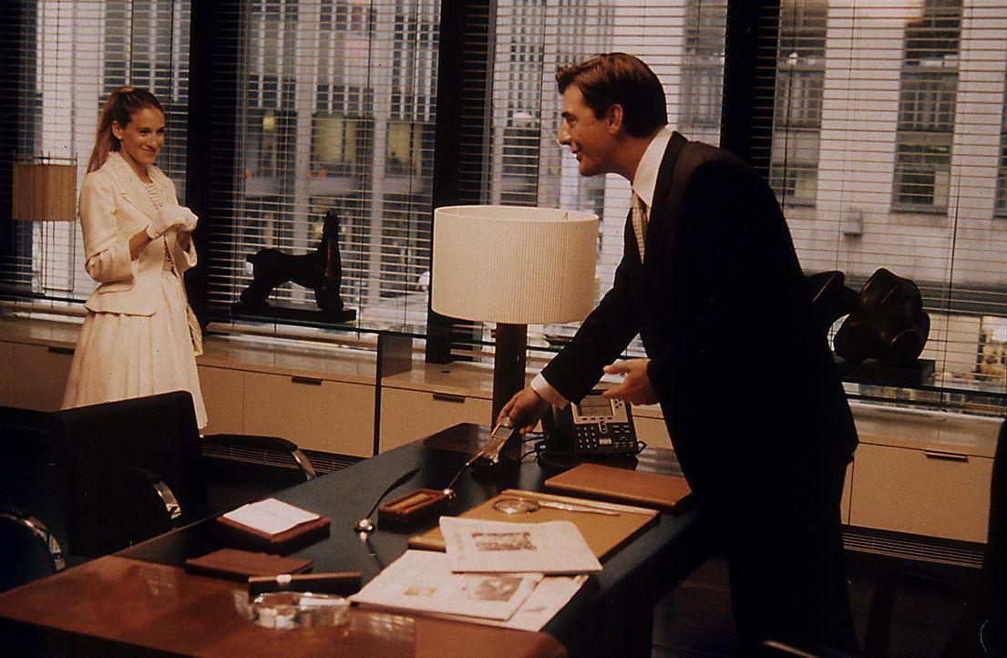 Die Bank verweigert Carrie (Sarah Jessica Parker, l.) einen Kredit, und Big (Chris Noth, r.) ist sofort bereit zu helfen ... - Bildquelle: Paramount Pictures