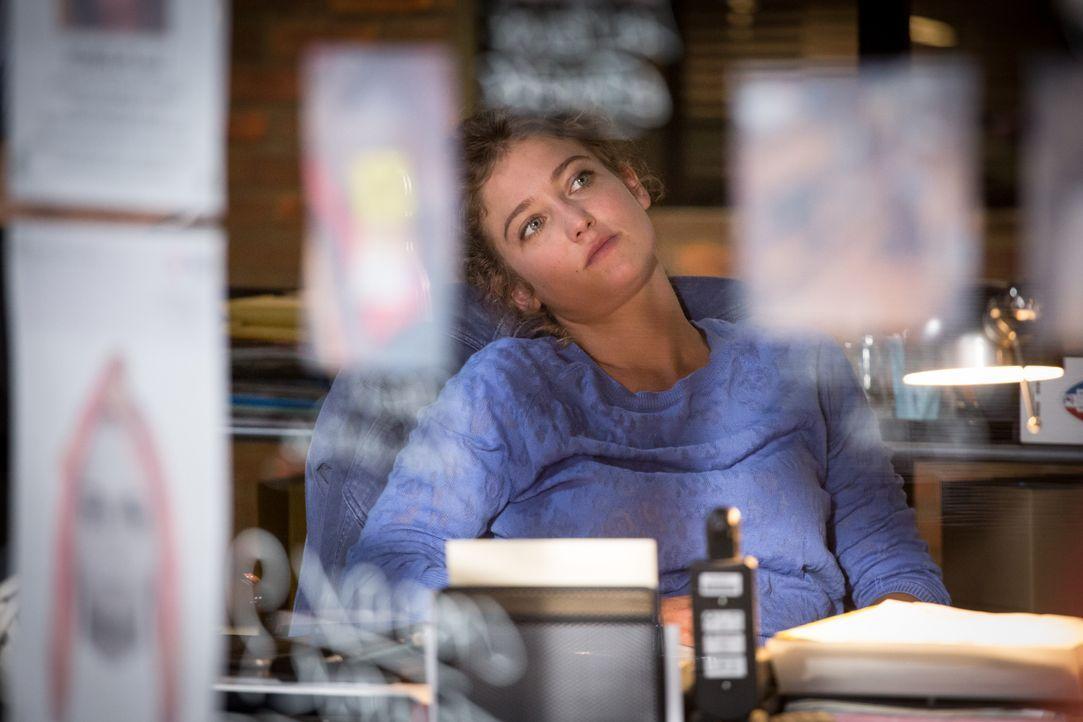 Der Mord an einem vermissten Mädchen und der Selbstmord der Mutter wirft für Emma (Sophie de Fürst) und das Team Fragen auf ... - Bildquelle: Eloïse Legay 2017 BEAUBOURG AUDIOVISUEL / Eloïse Legay