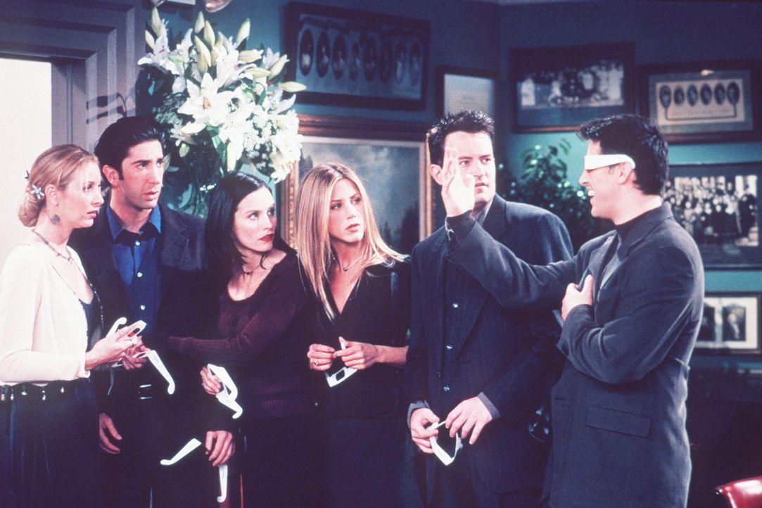 (v.l.n.r.) Phoebe (Lisa Kudrow), Ross (David Schwimmer), Monica (Courteney Cox), Rachel (Jennifer Aniston) und Chandler (Matthew Perry) wundert sich... - Bildquelle: TM+  2000 WARNER BROS.