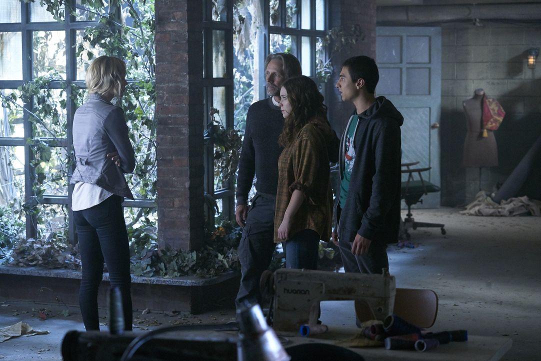 Als immer mehr von Romans Kriegern nach Nordamerika kommen, versucht Elena (Laura Vandervoort, l.), ihre Familie Sasha (John Ralston, 2.v.l.), Katia... - Bildquelle: 2016 She-Wolf Season 3 Productions Inc.