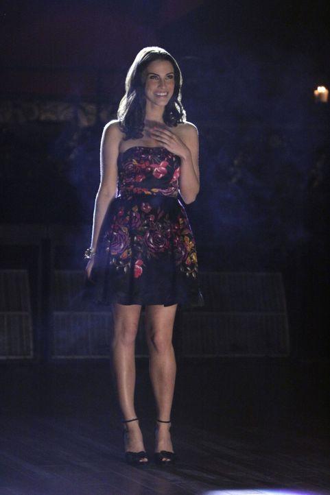 Kann Javier Adrianna (Jessica Lowndes) mit seinem Überraschungsauftritt überzeugen? - Bildquelle: TM &   CBS Studios Inc. All Rights Reserved
