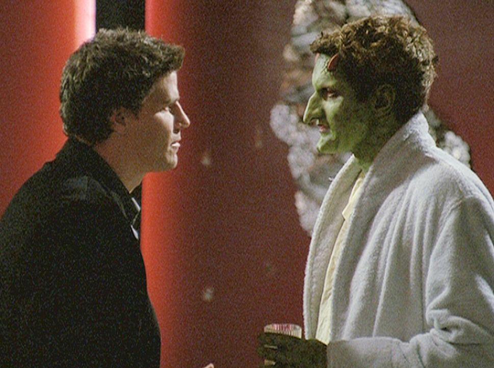 Angel (David Boreanaz, l.) entschuldigt sich bei Lorne (Andy Hallett, l.) für die Unannehmlichkeiten, die ihm durch Angels Verfolger entstanden sind... - Bildquelle: 20th Century Fox. All Rights Reserved.