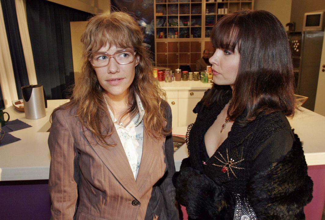 Sängerin Alex (Janin Reinhardt, r.) überzeugt Lisa (Alexandra Neldel, l.) auf charmante Weise, ihr zu helfen. (Dieses Foto von Alexandra Neldel darf... - Bildquelle: Noreen Flynn SAT.1 / Noreen Flynn