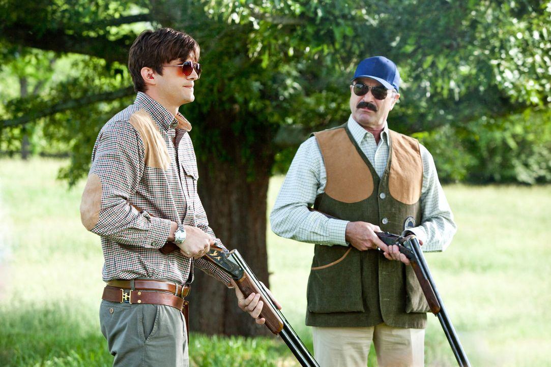 Der scheinbar perfekte Schwiegersohn Spencer (Ashton Kutcher, l.) versucht alles, um seinem Schwiegervater (Tom Selleck, r.) keine Munition zu liefe... - Bildquelle: Kinowelt GmbH