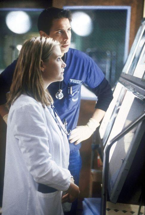 Dr. Dave Malucci (Erik Palladino, hinten) und Lucy (Kellie Martin) begutachten die Röntgenaufnahmen einer Patientin. - Bildquelle: TM+  2000 WARNER BROS.