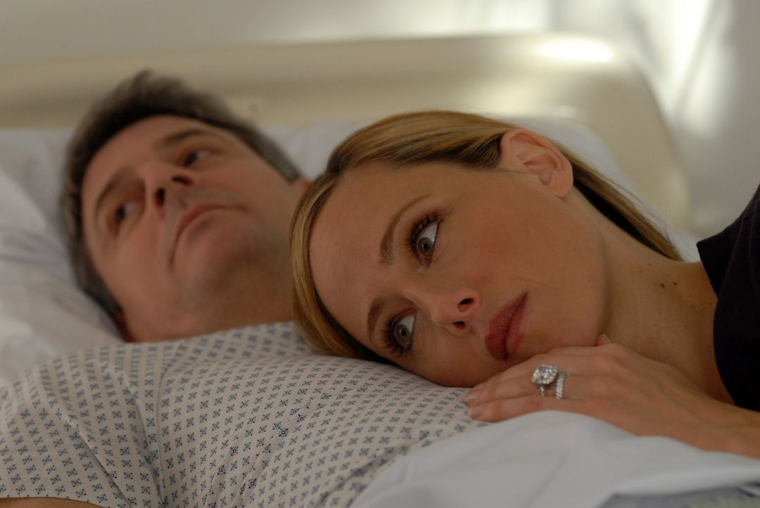 Durch Charles' (Christopher Cousins, l.) Herzinfarkt merkt Nico (Kim Raver, r.) wieviel ihr noch an ihrem Mann liegt. Sie beschließt, die Affäre mit... - Bildquelle: 2004 NBC, Inc.