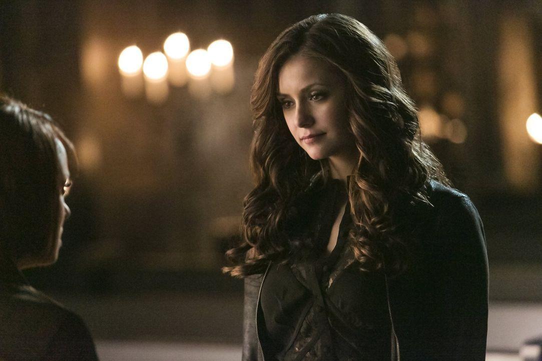 Kann Bonnie (Kat Graham, l.) Katherine (Nina Dobrev, r.) davon überzeugen, dass alle in großer Gefahr sind? - Bildquelle: Warner Brothers