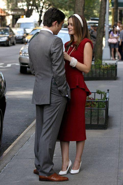 Chuck (Ed Westwick, l.) bestärkt Blair (Leighton Meester, r.) noch einmal in ihrem Plan, die Macht in der NYU, wie zuvor schon in der Constance Bill... - Bildquelle: Warner Brothers