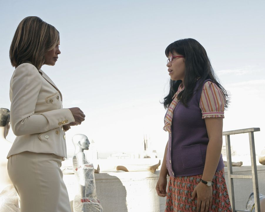 Betty (America Ferrera, r.) ist überglücklich, als sie etwas gegen Wilhelmina (Vanessa Williams, l.) in der Hand hat, doch diese macht ihr einen Str... - Bildquelle: Buena Vista International Television