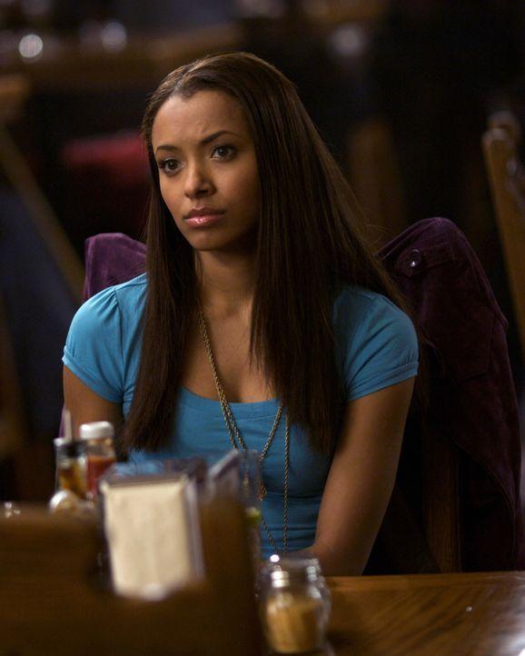 Bonnie (Katerina Graham), die behauptet, ein Medium zu sein, macht sich Sorgen um ihre beste Freundin Elena. - Bildquelle: Warner Brothers