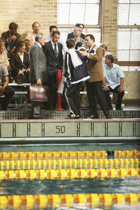 Eli (Jonny Lee Miller, vorne 2.v.r.), Jordan (Victor Garber, vorne l.) und Jim (Steven Culp, vorne r.) sind stolz auf JJ (Marshall Allman, vorne 2.v... - Bildquelle: Disney - ABC International Television