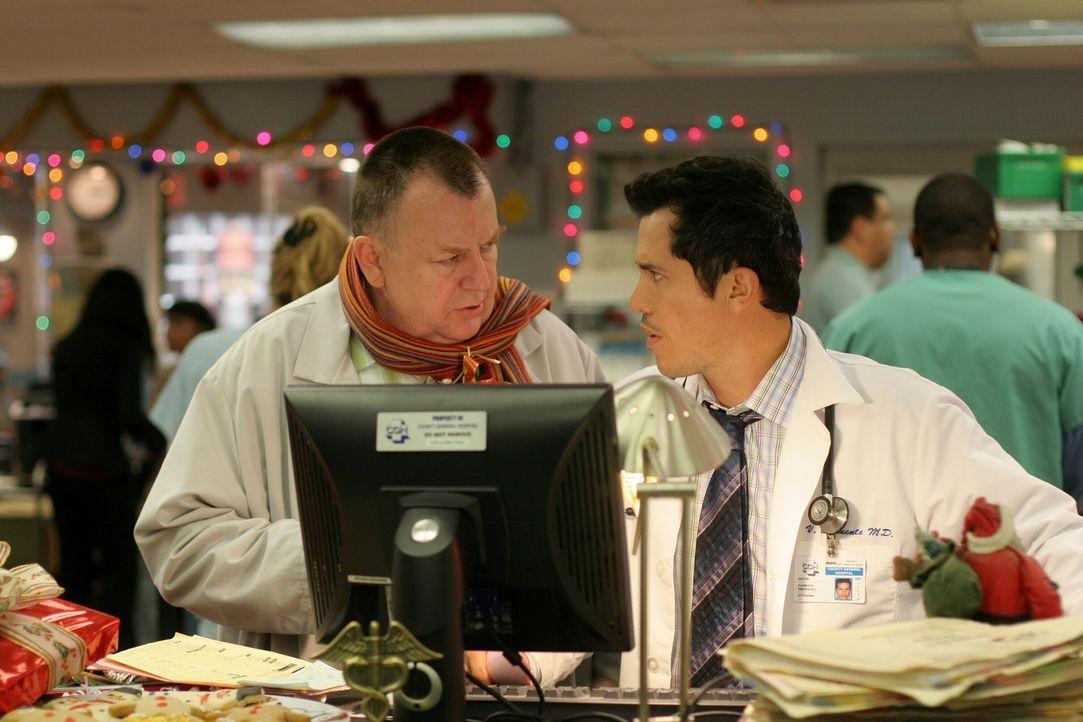Ein kleines Pläuschen vor dem Feierabend: Frank (Troy Evans, l.) und Dr. Vic Clemente (John Leguizamo, r.) ... - Bildquelle: Warner Bros. Television