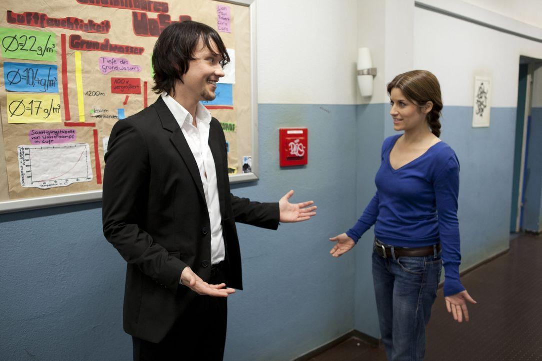 Bea (Vanessa Jung, r.) ist erleichtert über Bens (Christopher Kohn, l.) Urteil. - Bildquelle: SAT.1