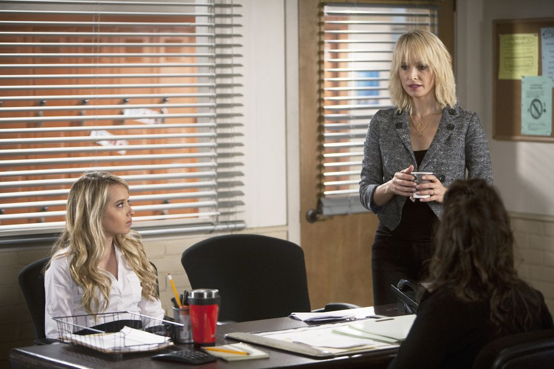 Grace (Megan Park, l.) und Kathleen (Josie Bissett, hinten r.) werden in das Büro der Beratungslehrerin Dr. Wilameena Bink (Mayjim Bialik, r.) geru... - Bildquelle: Randy Holmes 2010 Disney Enterprises, Inc. All rights reserved.