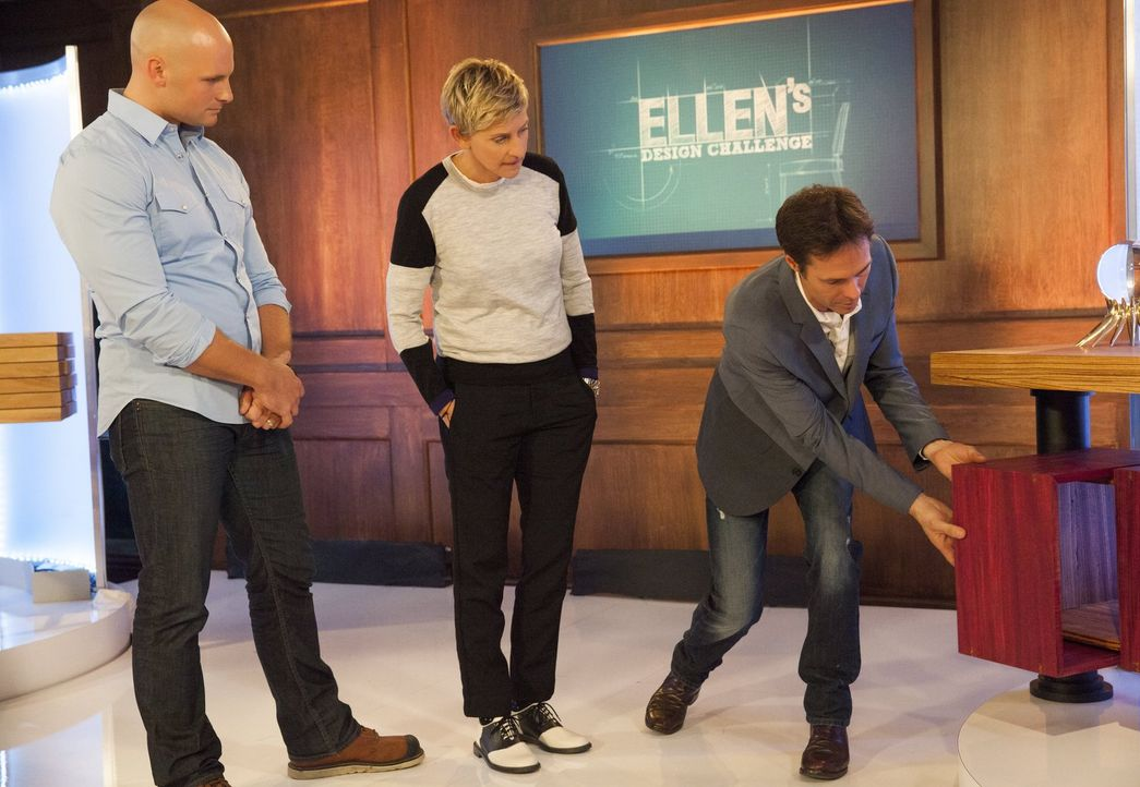 Ellen DeGeneres (M.) lässt sich von den Schreinern Chip (l.) und Karl (r.) die Möbelstücke präsentieren ... - Bildquelle: 2015 Warner Bros.