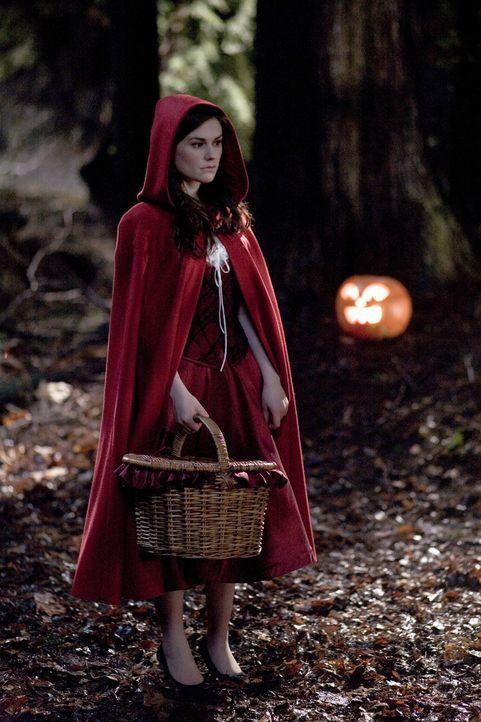Die als Rotkäppchen verkleidete Laurie (Anna Paquin) gerät an einen Wolf, der sie zum Fressen gern hat ... - Bildquelle: 2007   Warner Brothers